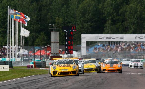 Lukas Sundahl, 2018 års mästare i Porsche Carrera Cup Scandinavia, leder startfältet ner mot kurva ett på Gelleråsen Arena.