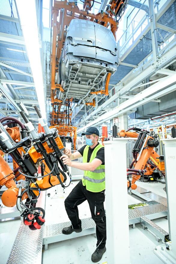 Robotar finjusteras i produktionsanläggningen för att kunna hantera en helt ny modell - Nya Multivan lanseras 2021.