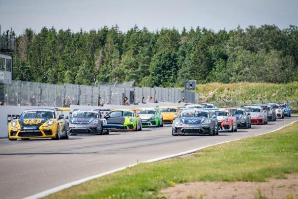 Porsche Carrera Cup Scandinavia kommer till Drivecenter Arena i Västerbotten den 29 juli. Förra året sågs deltävlingarna av hela 18 600 åskådare på den då nyinvigda anläggningen. I väntan på nya direktiv gällande corona-pandemin körs Porsche Carrera Cup Scandinavia inför tomma läktare. Samtliga deltävlingar sänds på streamingtjänsten Viaplay och V Sport Motor. Se onsdagens race live kl. 17:00 och kl. 19:30. Bild: Racingsäsongen 2020 är äntligen igång. De två senaste årens mästare, Lukas Sundahl (#1) vann både Race 1 och Race 2 vid premiären på Falkenberg. 29 juli går jakten efter årets mästartitel vidare på Drivecenter Arena i Fällfors.