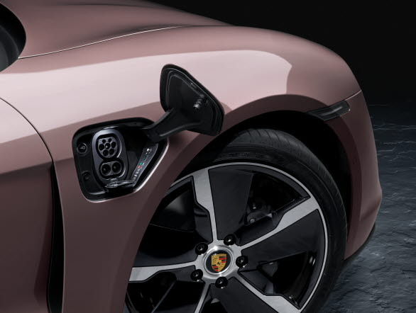 Liksom övriga Taycan-modeller har nya Porsche Taycan som standard ladduttag för både AC och DC (HPC).