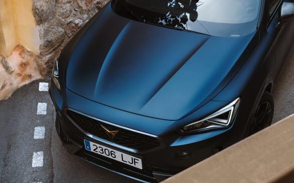 Lanseringsfärgen Petrol Blue matt understryker CUPRA Formentors kraftfulla design.