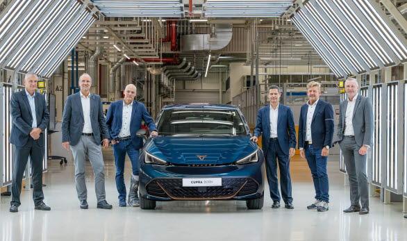 VD Wayne Griffiths och företagets styrelsemedlemmar besökte Europas största elbilsfabrik för att markera produktionsstarten för den nya modellen.
