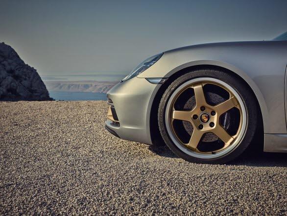 """Porsche Boxster 25 years får modellspecifika 20""""-fälgar i färgkombinationen Silver/Neodyme."""