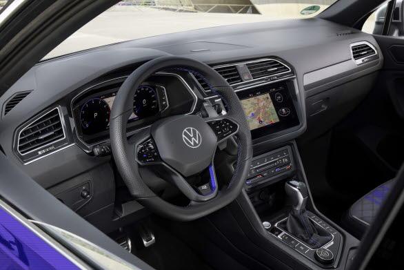 Det extra sportiga R-läget kan aktiveras direkt via en blå R-knapp på ratten.