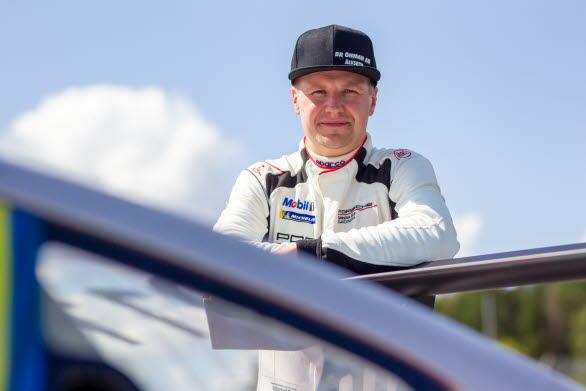 Skotercross-stjärnan Emil Öhman provar sina vingar i Skandinaviens ledande racingmästerskap. Den dubble världsmästaren blir nästa gästförare i Porsche Carrera Cup Scandinavia på Gelleråsen Arena 15 augusti.