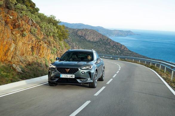 CUPRA Formentor e-HYBRID ligger närmare vägbanan, vilket ger bilen en sportigare och mer fokuserad look.