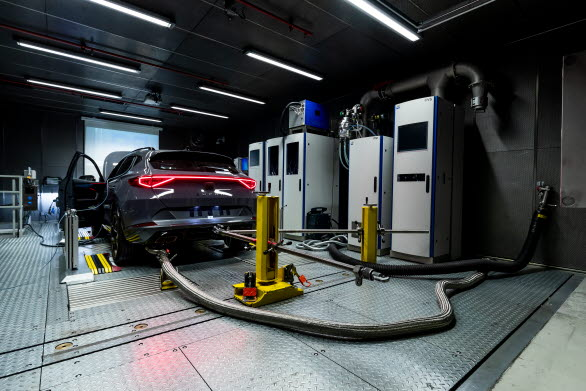 Bilarna kör 20 000 km på en dynamometer  utan avbrott samtidigt som motorprestandan hela tiden analyseras. SEAT har installerat ett system som återvinner rörelseenergi från dynamometerrullarna och omvandlar den till elektricitet.
