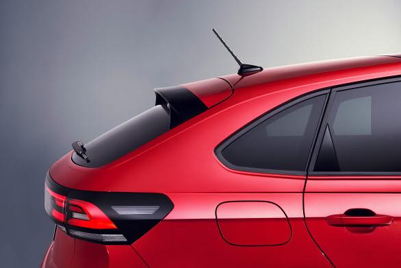 Speciellt iögonfallande är den coupé-liknande silhuetten med sina starkt lutande C-stolpar.