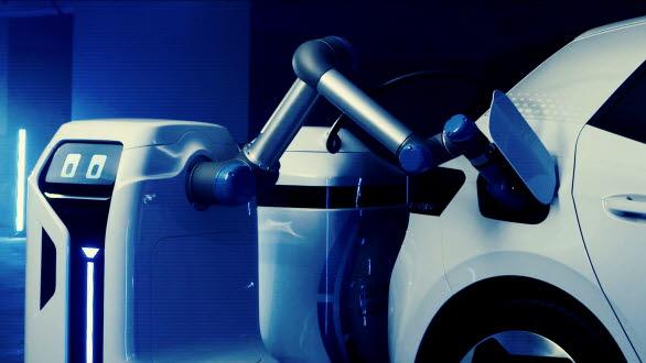 Här kopplar roboten energilagringsenheten till bilen.