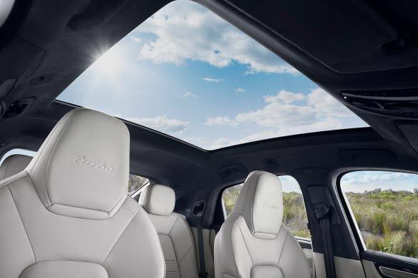 Nya Cayenne Coupé har som standard ett fast panoramatak i glas.