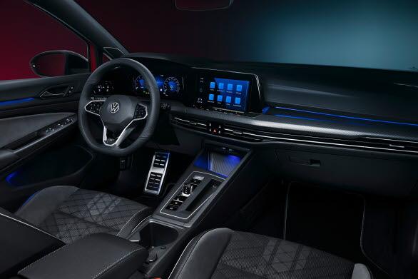 Digital Cockpit Pro med digitala instrument är standard.