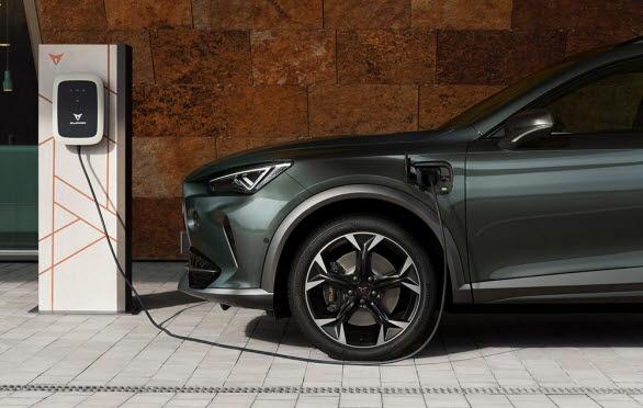 Räckvidd på ren eldrift ligger på upp till 59km (upp till 55 km för 245 hk) – helt perfekt för att köra utsläppsfritt i stan.