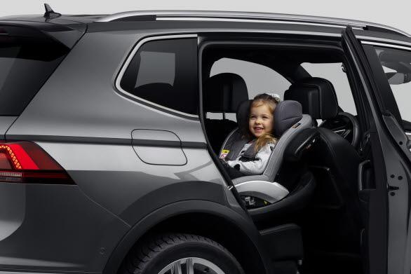 Ett barn bör sitta bakåtvänd i en bilbarnstol fram till minst fyra års ålder.
