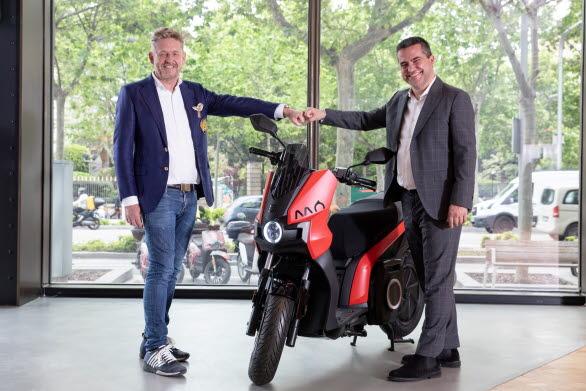 SEAT S.A.s VD, Wayne Griffiths med SEAT MÓ chefen Lucas Casasnovas är överens om att SEAT MÓs expansion utomlands är ett tydligt bevis på företagets engagemang att göra städerna renare, tystare och mer hållbara.