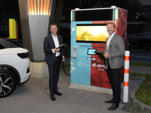 Thomas Schmall, Volkswagen Group Components (vänster) och Patrick Lammers, E.ON, inviger laddstationen E.ON Drive Booster.