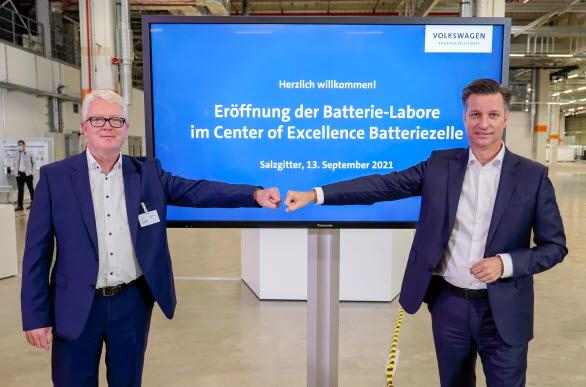 Thomas Schmall och Frank Blome inviger de nya battercellslaboratorierna vid Center of Excellence i Salzgitter.