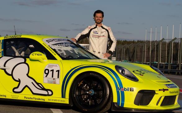 Prins Carl Philip deltar i den klassiska motortävlingen Kanonloppet på Gelleråsen Arena med Porsche. Här på seriens försäsongstester, som körs den 12-13 april på just Gelleråsen Arena.