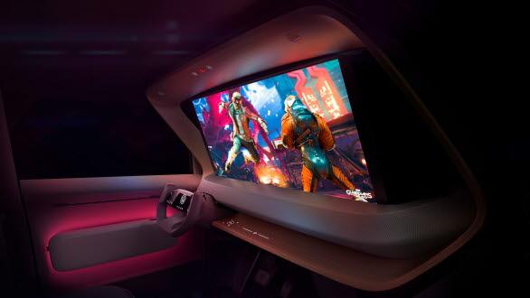 Spelkonsol och projektor finns ombord, och en projektionsskärm kan fällas upp ur instrumentpanelen.