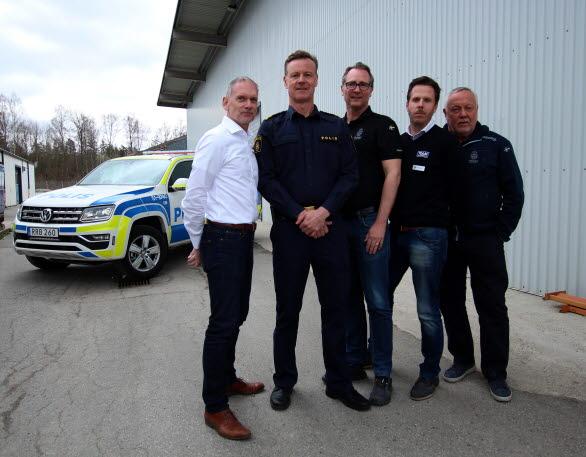 Från vänster: Jan Svensson (Euro-Lans), Anders Månsson (polisens nationella processledare för hund), Tomas Jonsson, ingenjör NOA Utvecklingscentrum, Fredrik Enkvist (Volkswagen Group Sverige) och Anders Mattsson (NOA).