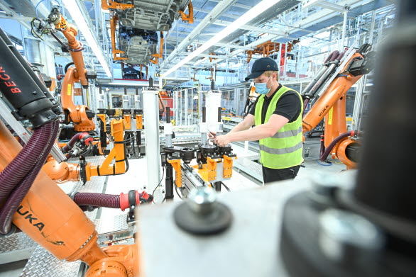 Robotar finjusteras i produktionsanläggningen.
