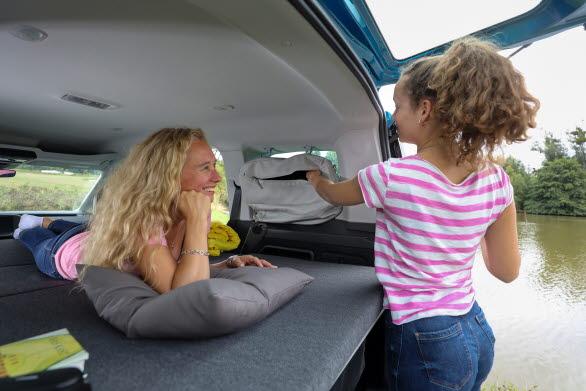 Förvaringssystemet innanför bakre fönstren klarar packning på 5 kg