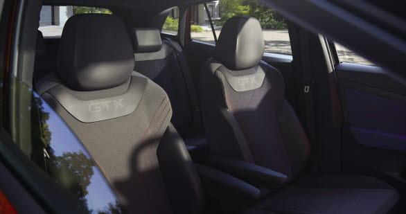 Ett GTX-märke finns på ratten, instegslisterna och – i perforerad form – längst upp på ryggstöden fram.