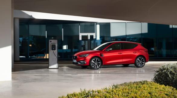 SEAT Leon e-HYBRID har en räckvidd på upp till 62 km (enl. WLTP) när man kör helt på el.