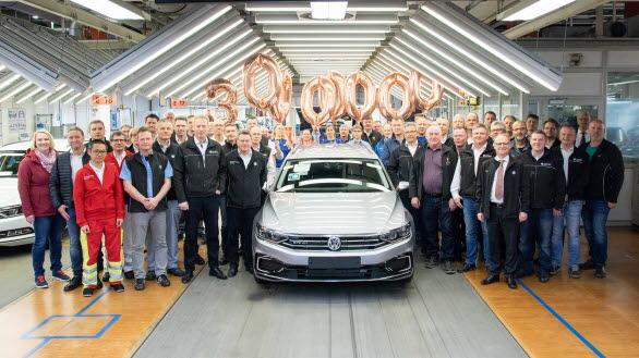 Passat nr 30 000 000, nya Passat Sportscombi GTE, firas i Emden.