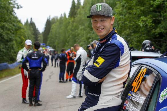 Johan Kristoffersson trivdes utmärkt på de finska rallyvägarna. Fortare och fortare gick det.