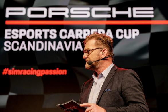 Janne Blomqvist, programledare för finalen i Porsche Esports Carrera Cup Scandinavia, stortrivdes på scenen i Porsche Center Danderyd. – Jag är lite euforisk faktiskt, det har varit en galet bra tävling, säger Janne Blomqvist efter den nästan fyra timmar långa final-sändningen. Det är racing på absolut högsta nivå!