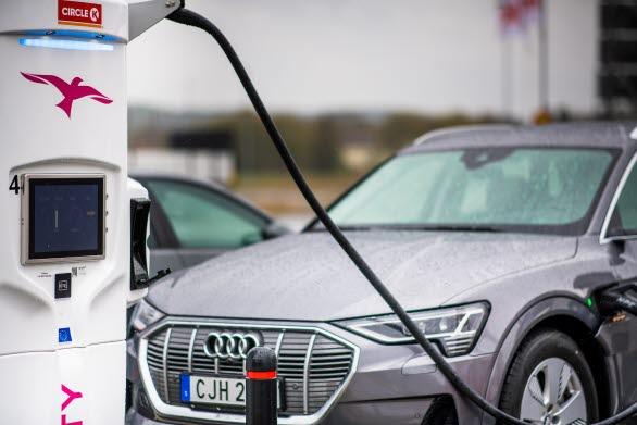 Audi e-tron laddar 150 kW vid IONITY i Strömstad. Foto Terje Borudd