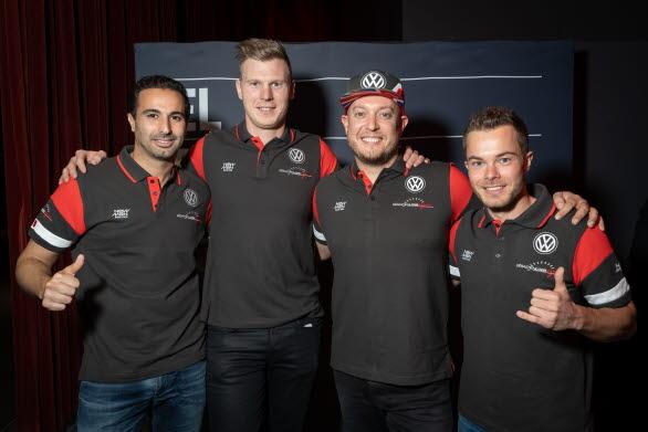 Johan Kristoffersson flankeras av teamkompisarna i WTCR-teamet Sébastien Loeb Racing för Volkswagen Motorsport: Mehdi Bennani, Rob Huff och Benjamin Leuchter
