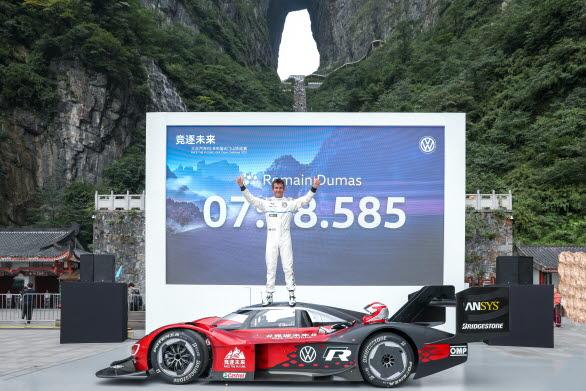 Romain Dumas har satt det första rekordet på Tianmen.
