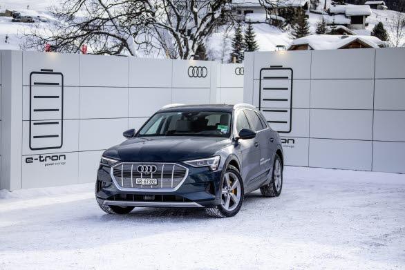 Audi e-tron laddas vid mobila laddstationer tillverkade av återanvända batterier under World Economic Forum i Davos