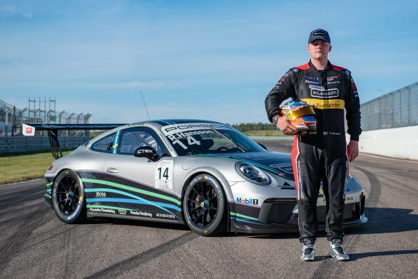 –Det ska bli roligt att få köra mot elitförarna i Porsche Mobil 1 Supercup, säger Robin Hansson. Det blir inte så mycket körning att förbereda sig på men det gör det extra spännande. Planen är ha fullt fokus på kvalet för att placera sig så högt som möjligt inför race. Sedan kan allt hända!