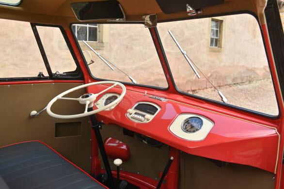 Bussvinkel på ratten och få mätare och knappar att hålla reda på