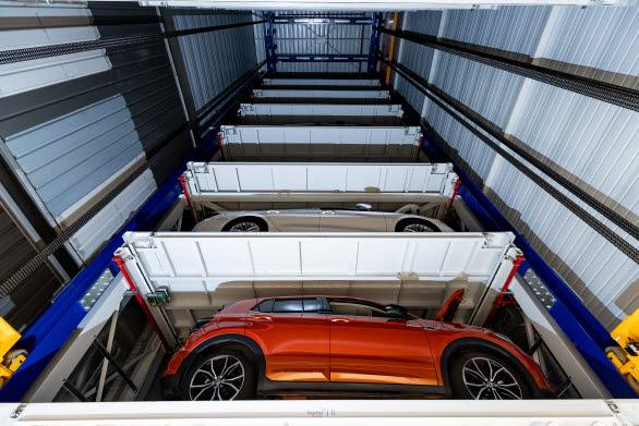 Det automatiserade tornet med plats för 27 bilar håller en temperatur på 23°C för att garantera optimala testförhållanden.