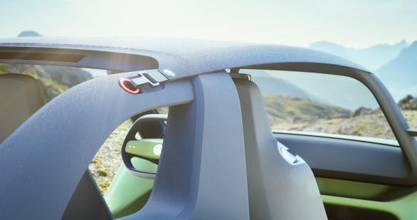 Bilen saknar tak, men det finns ett svart överdrag som kan spännas mellan vindrutan och Targa-bågen som skydd.