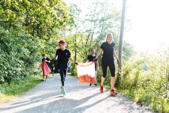 Audi-anställda ploggar, dvs plockar skräp under joggingturen. En trend som startade i Sverige.