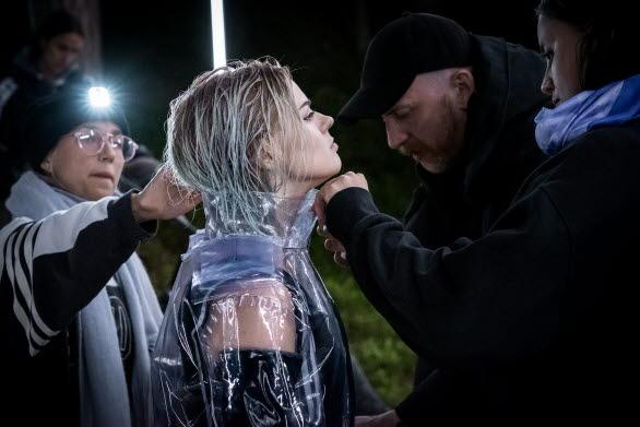 Musikvideon utspelar sig på en scen mitt i skogen.