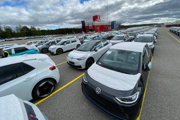 På måndagen ankom 300 ID.3 till hamnen i Södertälje.