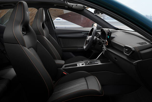 Väl på plats i bilen, omges man av högklassiga material med dekor i borstad mörk aluminium och koppar.