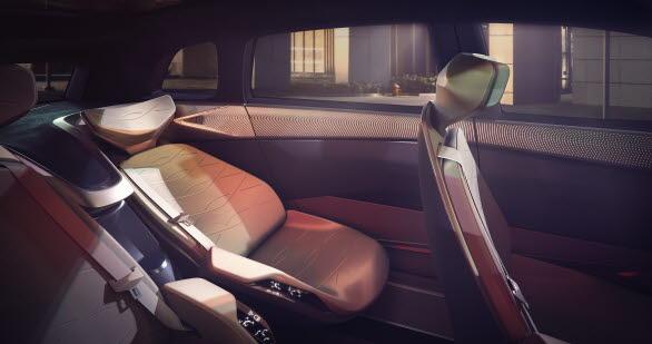 Det generöst stora utrymmet i kupén har gjort helt nya säteskonfigurationer möjliga och gör bilen till en VIP-lounge på fyra hjul.