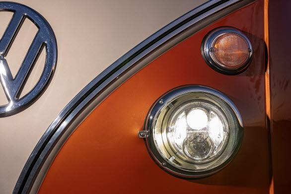 I de klassiskt runda strålkastarna sitter moderna LED-lampor