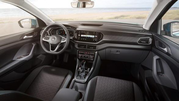 """Den digitala cockpiten med 8-tums infotainment-pekskärm och den senaste generationen av """"Active Info Display"""" finns bland tillvalen."""