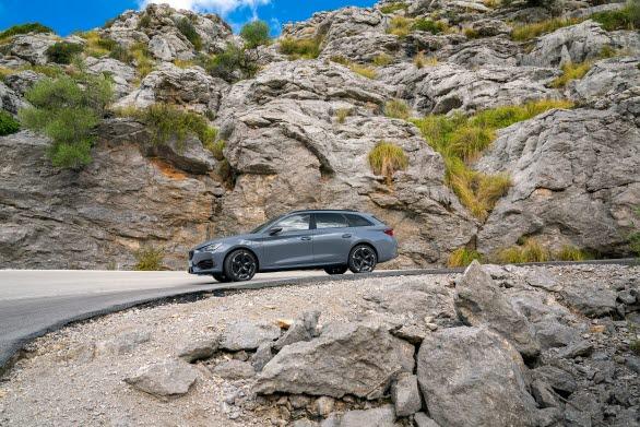 4Drive, fyrhjulsdriften analyserar vägförhållanden i realtid, inklusive bilens hastighet, varje hjuls hastighet, rattposition och körstil eller läge för att snabbt och progressivt leverera kraft direkt till de nödvändiga hjulen.