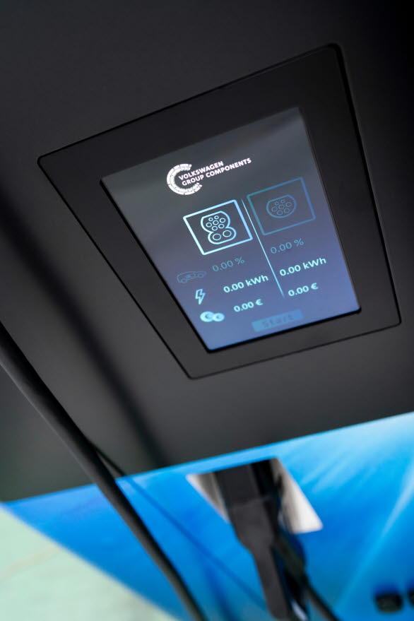 Upp till fyra elbilar kan laddas samtidigt, två med snabbladdningsteknik.