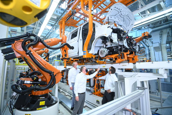 Nya maskiner för nya Mulitvan integreras i befintlig produktionslina (Thomas Hahlbohm, Björn Beckmann, och Holger Wientjes)