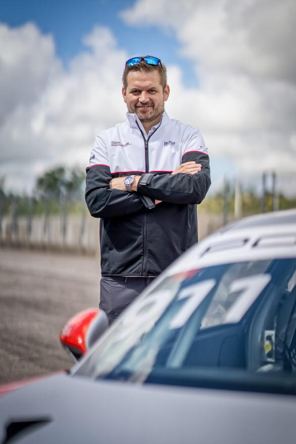 – Emil Öhman är en extrem tävlingsmänniska och en världsstjärna inom skotercross, säger Raine Wermelin, Direktör, Porsche Sverige. Han är en unik förartalang som är magisk på snö. Det blir otroligt spännande att se vad han kan åstadkomma på Gelleråsens asfalt i en Porsche.