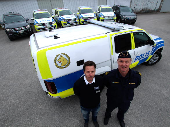 Volkswagen Group Sveriges ansvarige för polisbilar, Fredrik Enkvist (t.v.) lämnar symboliskt över de sju första tillverkade polis-Amarokerna till polisens nationella processledare för hund, Anders Månsson (t.h.).